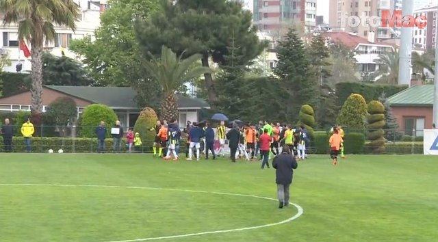 Fenerbahçe - Galatasaray U21 derbisinde kavga! Comolli sahaya indi ve...