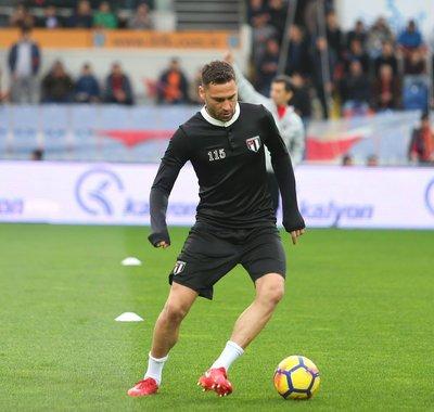 Beşiktaş 115. Yıl özel formasıyla ısınmaya çıktı.