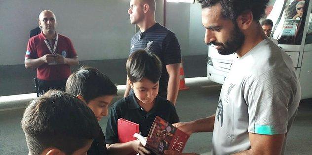 Muhammed Salah'a Emniyet Müdürü Çalışkan'ın çocuklarından 15 Temmuz kitabı