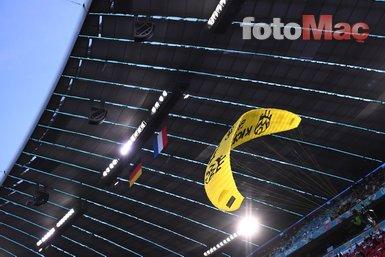 Fransa Almanya maçında şok protesto! Paraşütle sahaya indi