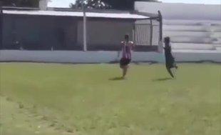 Topu bıraktı rakibine çift daldı!