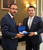 Bakan Kasapoğlu, şampiyon üniversitelileri makamında ağırladı