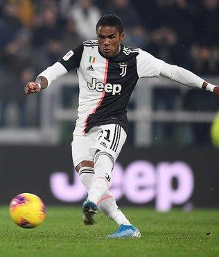 Juventuslu Douglas Costa arabasıyla yardım malzemesi dağıttı