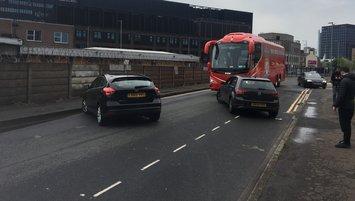 İngiltere'de şok olay! Liverpool otobüsünün önü kesildi