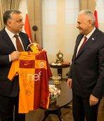 Macaristan Başbakanı G.Saray taraftarı çıktı
