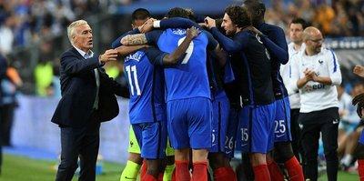 Fransa 10 kişiyle devirdi