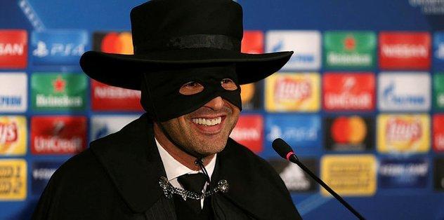 Sözünü tuttu, Zorro oldu