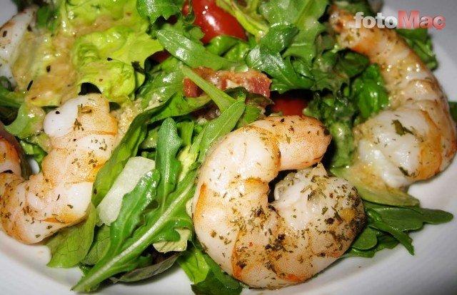 Lezzetli mi lezzetli karides salatası tarifi!