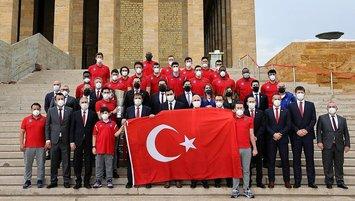 Anadolu Efes kupalarıyla Anıtkabir'de!