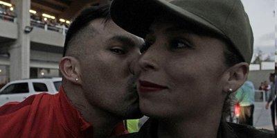 Gary Medel'den kadın polise öpücük
