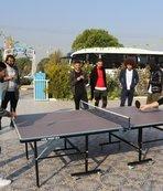 Futbolcular masa tenisi oynayıp stres attı