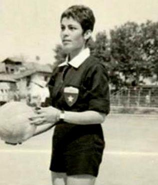 FIFA dünyanın ilk kadın futbol hakeminin bir Türk olduğunu tescilledi