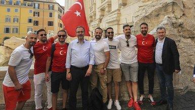 Bakan Mehmet Muharrem Kasapoğlu İtalya'da taraftarlarla üçlü çekti!