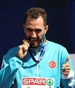 Ramil Guliyev, altın madalyasını törenle aldı