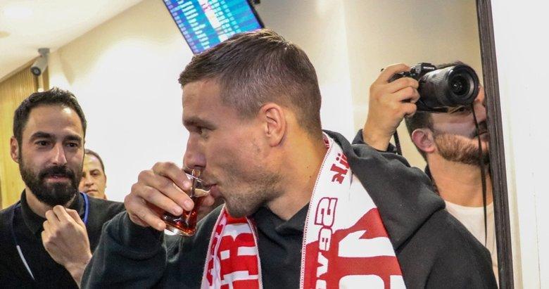 Antalya'da Podolski rüzgarı! Yıldız oyuncu şehre böyle geldi