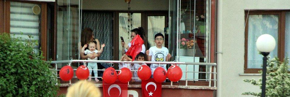 Tüm Türkiye saat 19.19'da balkonlara çıkarak İstiklal Marşı'nı okudu