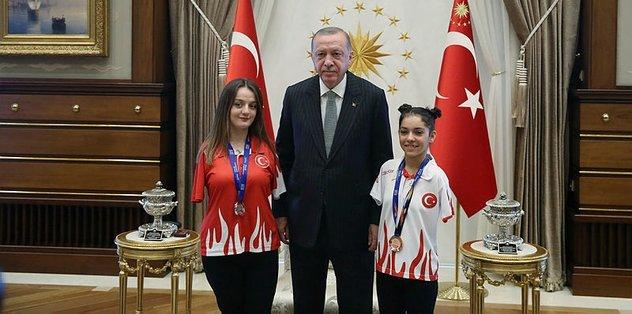 Başkan Recep Tayyip Erdoğan'dan Sümeyye ve Sevilay'a teşekkür mesajı