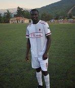 Nijeryalı genç futbolcu sahada kalbine yenildi