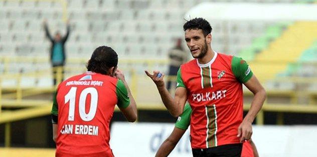 Karşıyaka'da dün paraları yatırılmayan sağ bek Abdülhamit ve orta saha oyuncusu Mahmut takımdan ayrılmaya hazırlanıyor.