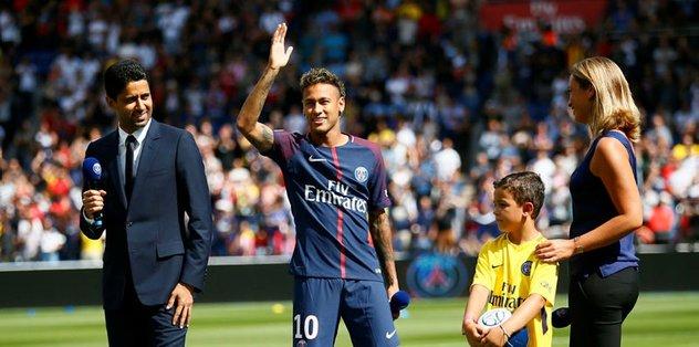 Neymar maçtan önce tribünleri selamladı