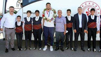 Son dakika spor haberi: Olimpiyat üçüncüsü Milli Güreşçi Taha Akgül memleketi Sivas'a döndü!