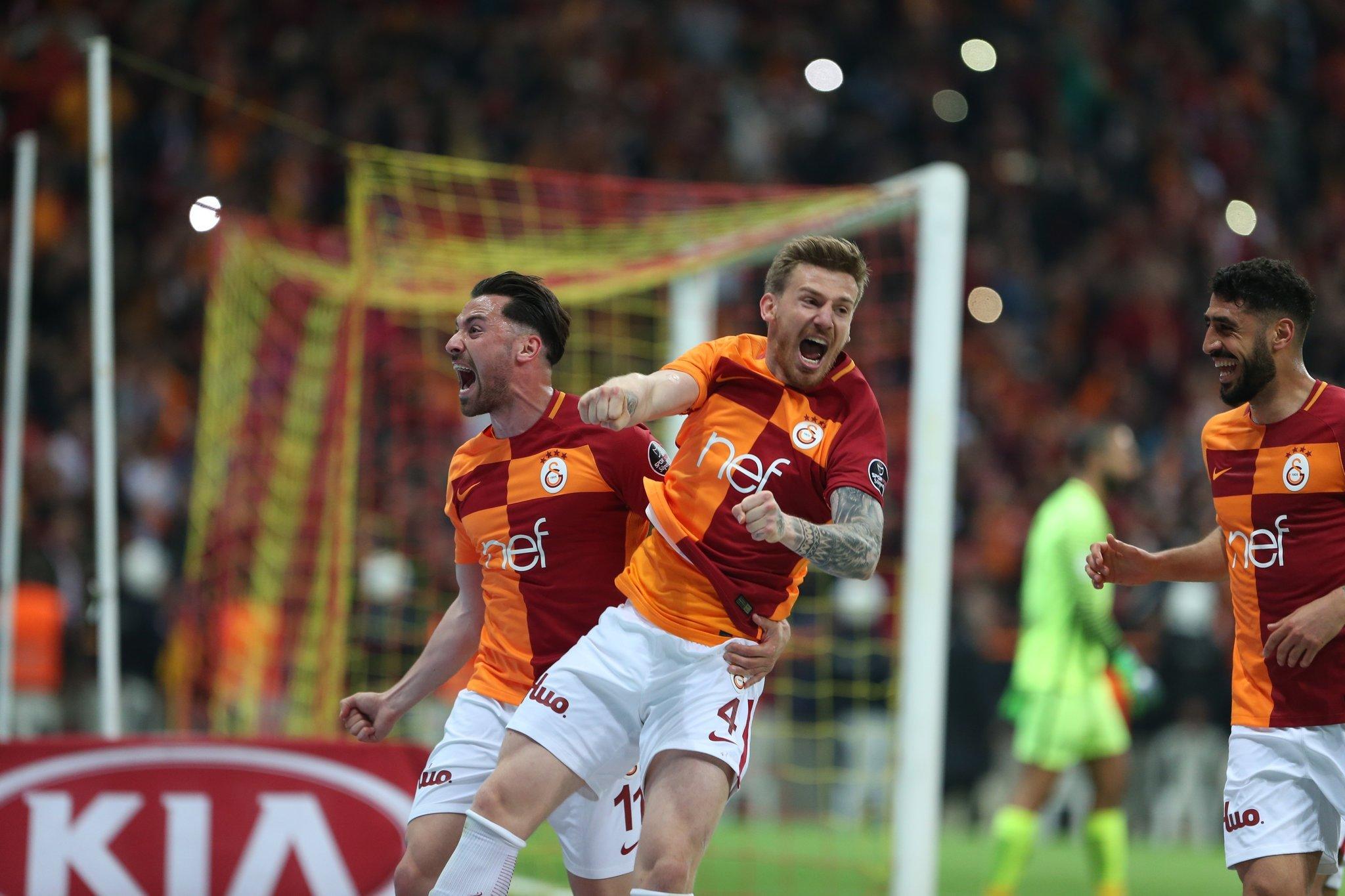 Galatasaray soyunma odasında şampiyonluk yemini