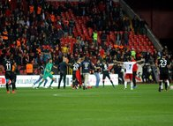 Eskişehirspor-Altınordu maçında taraftarlar sahaya indi