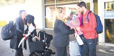 Olcay'ı eşi, minik bebeği ve babası karşıladı