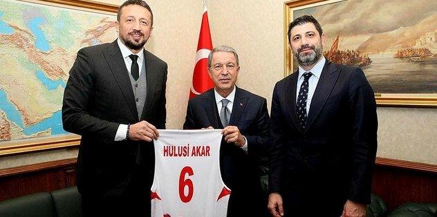 Bakan Akar, Hidayet Türkoğlu ile bir araya geldi
