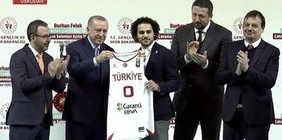 Başkan Erdoğan Larkin'e milli takım formasını hediye etti