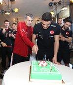 Doğum günü pastasını beraber kestiler