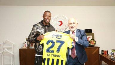 Son dakika spor haberleri: Fenerbahçeli golcü Mame Thiam'dan Kızılay'a işbirliği ziyareti