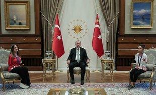 Başkan Erdoğan milli sporcular Sümeyye Boyacı ve Sevilay Öztürk'ü kabul etti