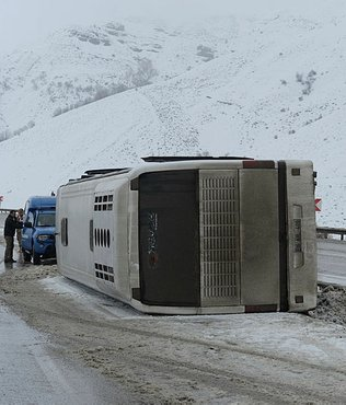 Bursasporlu taraftarları taşıyan otobüs devrildi: 2 yaralı