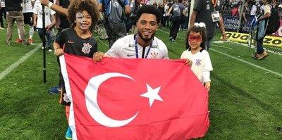 Colin Kazım, Türkiye bayrağıyla poz verdi