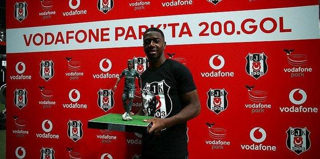 Beşiktaş'tan Diaby'e 200. gol ödülü