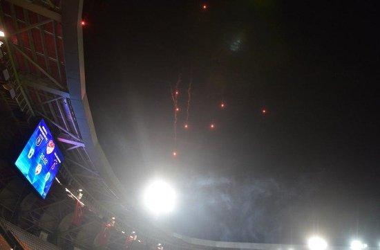 basaksehir galatasaray macinda havai fisek yagmuru 1593371903723 - Başakşehir-Galatasaray maçında havai fişek yağmuru!