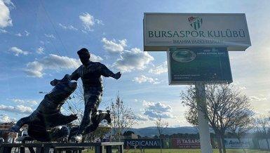 Bursaspor'da Batalla'nın heykeli tesislerin girişine konuldu