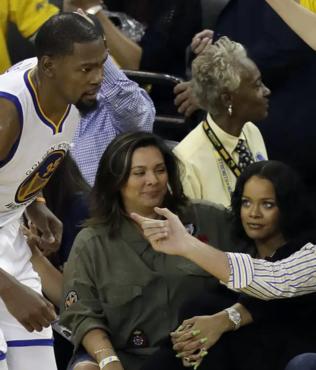 "Rihanna Kevin Durant'i tiye aldı! ""Maske takmalı mıyım?"""