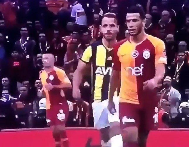 Galatasaray - Fenerbahçe derbisinde şok tükürük görüntüsü!