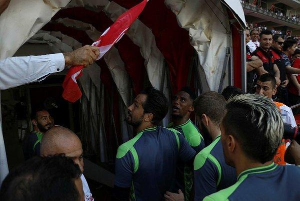 Antalyaspor taraftarları Eto'o'ya para fırlattı