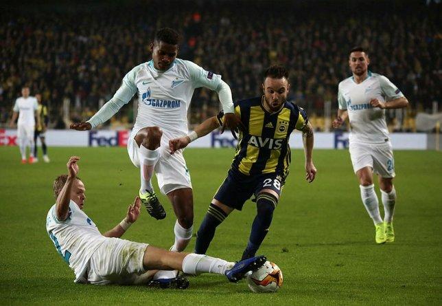 Fenerbahçe maçında ilginç görüntü! Soyundular...