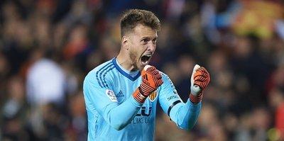 Barcelona to sign Valencia goalkeeper Neto