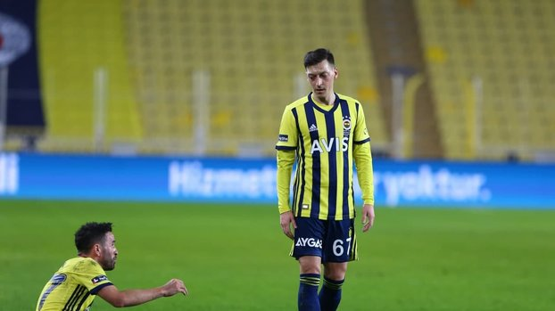 Mesut Özil boş kaleye kaçırdı taraftar çıldırdı #