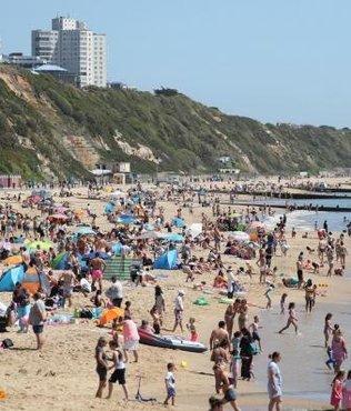 İngiltere'de corona virüsünü yok saydılar! Bournemouth'da plajlar tıklım tıklım...