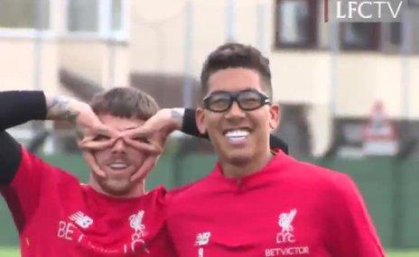 Roberto Firmino özel gözlükleri ile idmanda!