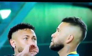 Neymar Dani Alves'in kafasında böcek görünce bakın ne yapıyor...