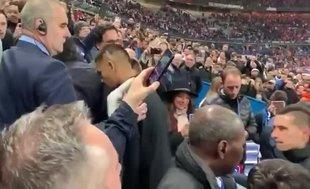 Neymar'dan şok hareket! Taraftara yumruk attı