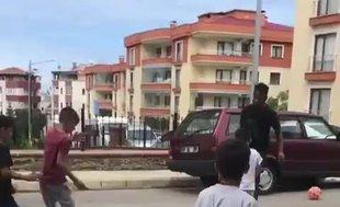 Onazi sokakta çocuklarla top oynadı