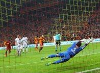 Galatasaray'ın yengesi tribünleri coşturdu!